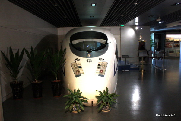 Chiny - Pekin - Muzeum Kolejnictwa - symulator chińskiego TGV z zewnątrz - kwiecień 2013