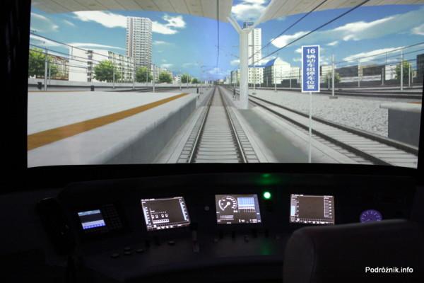 Chiny - Pekin - Muzeum Kolejnictwa - kabina w symulatorze chińskiego TGV podczas jazdy - kwiecień 2013