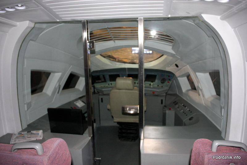 Chiny - Pekin - Muzeum Kolejnictwa - makieta kabiny maszynisty w symulatorze chińskiego TGV - kwiecień 2013