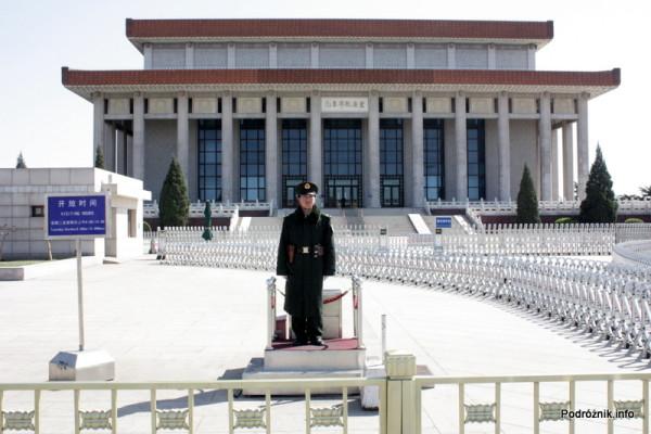 Chiny - Pekin - strażnik przed Mauzoleum Mao Zedonga - kwiecień 2013