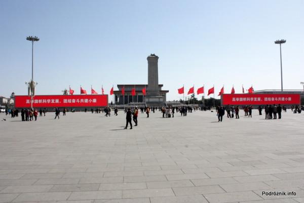 Chiny - Pekin - hasła na wielkich czerwonych banerach przy pomniku Bohaterów Ludu - kwiecień 2013