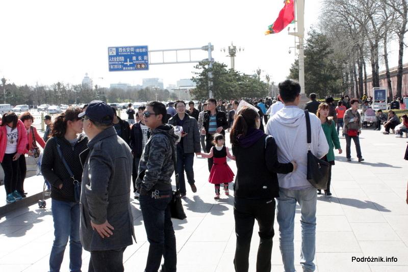 Chiny - Pekin - ludzie przy murze Zakazanego Miasta - kwiecień 2013