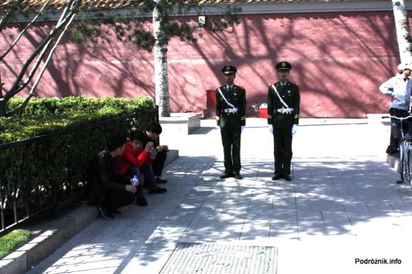 Chiny - Pekin - warta w pobliżu murów okalających Zakazane Miasto - kwiecień 2013
