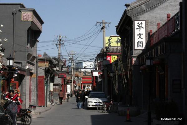 Chiny - Pekin - mała uliczka w odnowionej części miasta - kwiecień 2013