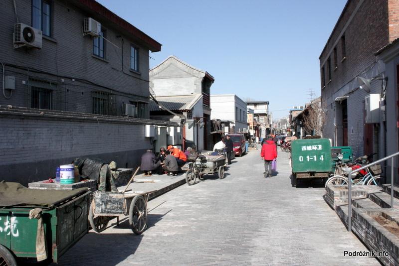 Chiny - Pekin - odnawiana ulicy i mężczyźni grający pod murem - kwiecień 2013
