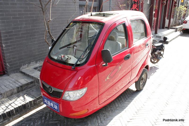 Chiny - Pekin - czerwony trójkołowiec z szyberdachem - kwiecień 2013