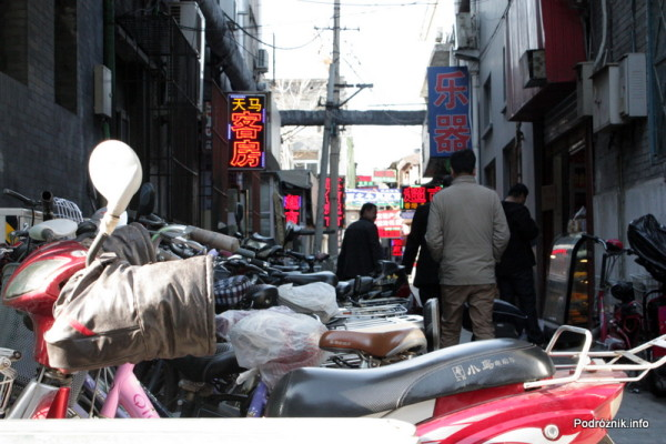 Chiny - Pekin - mufki zamontowane na kierownicy motoru - kwiecień 2013