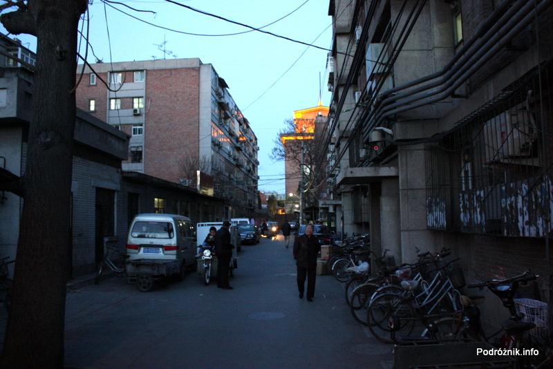 Chiny - Pekin wieczorem - parking rowerowy pod blokiem - kwiecień 2013