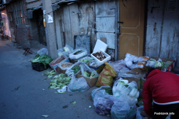 Chiny - Pekin wieczorem - stoisko z warzywami na chodniku - kwiecień 2013