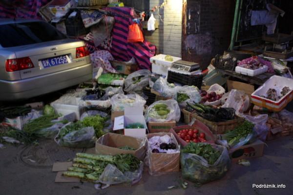 Chiny - Pekin wieczorem - stoisko z warzywami i owocami na chodniku - kwiecień 2013