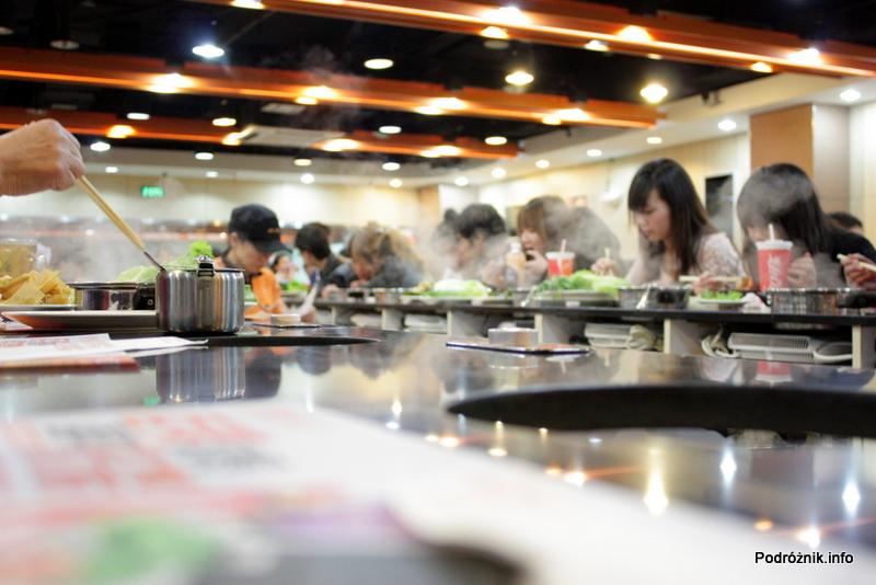 Chiny - Pekin - restauracja gdzie samemu gotuje się danie - kwiecień 2013