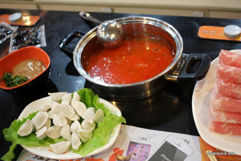 Chiny - Pekin - czerwona pikantna zupa oraz malutkie pierożki i cieniutkie plasterki jagnięciny - kwiecień 2013