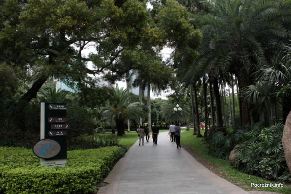 Chiny - Shenzhen - park przy stacji metra Tongxinling - drogowskaz przy alejce - kwiecień 2013