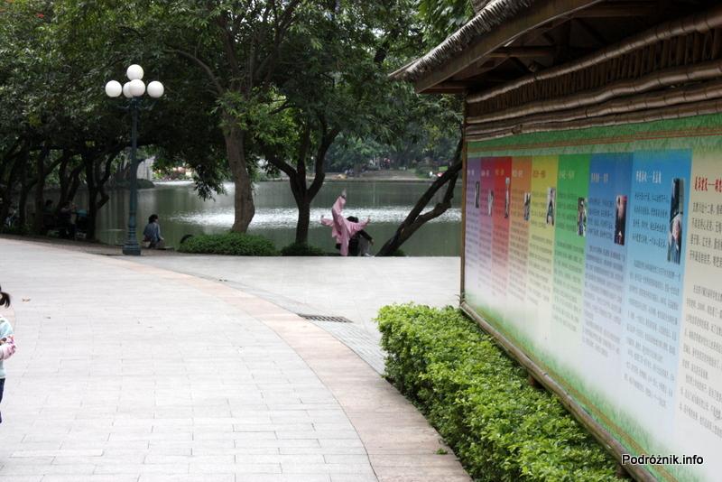 Chiny - Shenzhen - park przy stacji metra Tongxinling - kobieta ćwicząca Tai Chi przy jeziorze - kwiecień 2013