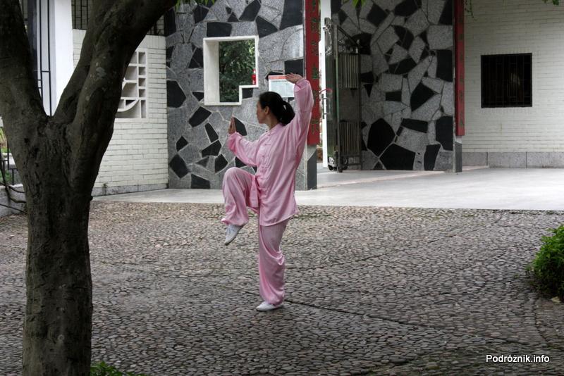 Chiny - Shenzhen - park przy stacji metra Tongxinling - kobieta ćwicząca Tai Chi - kwiecień 2013