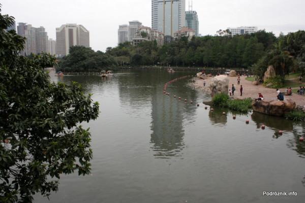Chiny - Shenzhen - park przy stacji metra Tongxinling - jezioro - kwiecień 2013