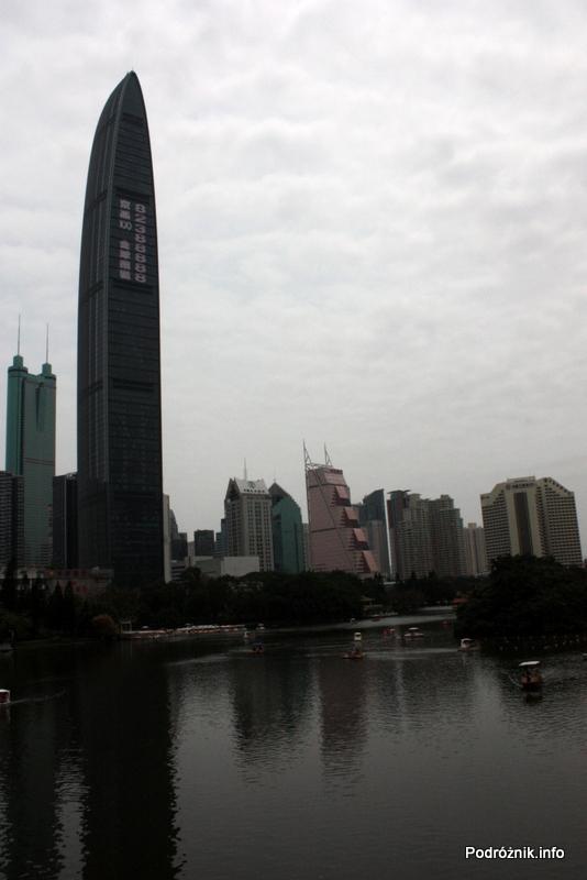 Chiny - Shenzhen - park przy stacji metra Tongxinling - wieżowiec wybijający się ponad resztę - kwiecień 2013
