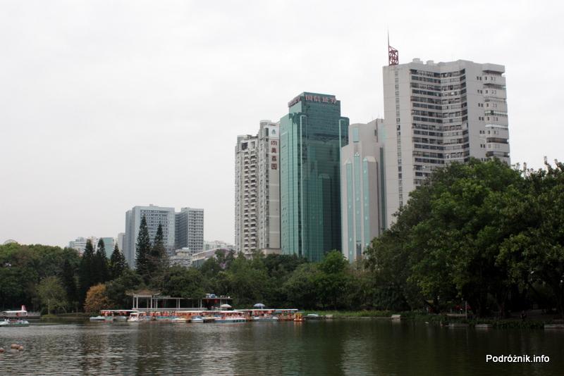 Chiny - Shenzhen - park przy stacji metra Tongxinling - widok na jezioro z wieżowcami w tle - kwiecień 2013