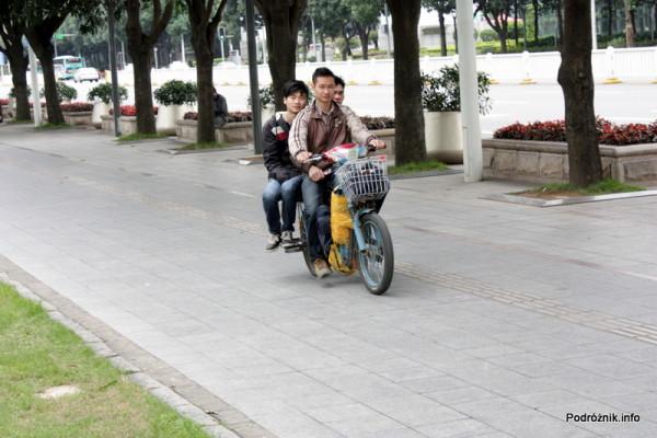 Chiny - Shenzhen - motor z szerokim bagażnikiem na którym mogą usiąść obok siebie dwie osoby - kwiecień 2013