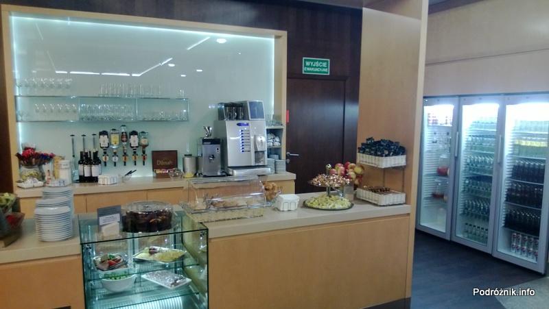 Polska - Warszawa - Lotnisko Chopina - Salonik Executive Lounge Ballada - lada z jedzeniem i barek - kwiecień 2013
