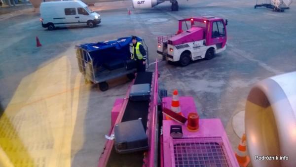 Załadunek bagażu do samolotu - Lotnisko Chopina w Warszawie - kwiecień 2013