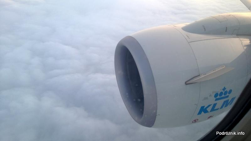 KLM Royal Dutch Airlines - Boeing 737 - KL1372 - PH-BGP - widok przez okno - silnik na tle chmur