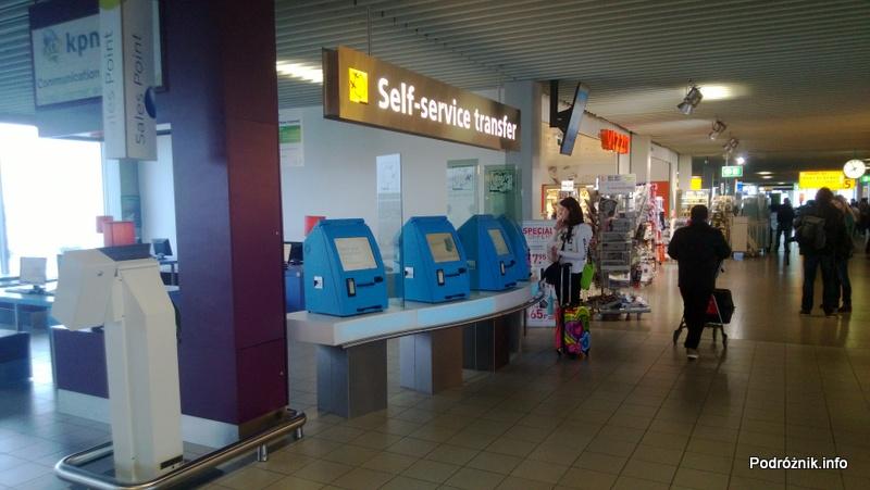 Holandia - Amsterdam - Lotnisko Schiphol - automaty do zmiany miejsc i drukowania kart pokładowych - kwiecień 2013