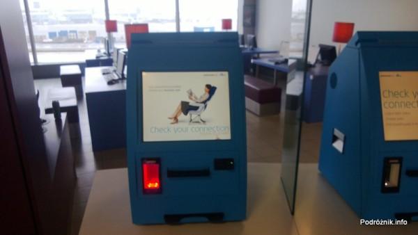 Holandia - Amsterdam - Lotnisko Schiphol - automat wyboru miejsca w samolocie i drukowania kart pokładowych - kwiecień 2013