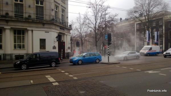 Holandia - Amsterdam - mycie słupów sygnalizacji świetlnej wodą pod ciśnieniem - kwiecień 2013
