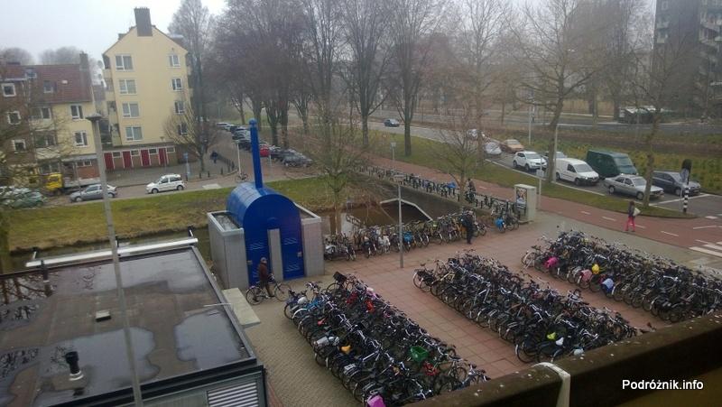 Holandia - Amsterdam - parking z rowerami widziany z pociągu na lotnisko - kwiecień 2013