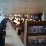 Holandia - Amsterdam - Lotnisko Schiphol - KLM Crown Lounge - fotele wzdłuż okien - kwiecień 2013