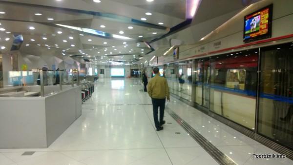 Chiny - Lotnisko w Pekinie - Beijing Capital International Airport - Terminal 2 - peron Airport Express - kwiecień 2013