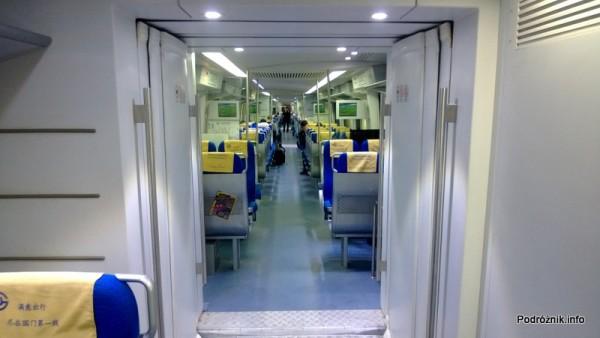 Chiny - Pekin - wnętrze Airport Express - przejście między wagonami - kwiecień 2013