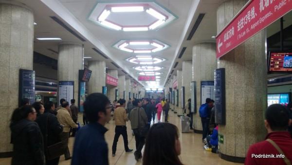 Chiny - Pekin - stacja metra Dongzhimen - peron - kwiecień 2013