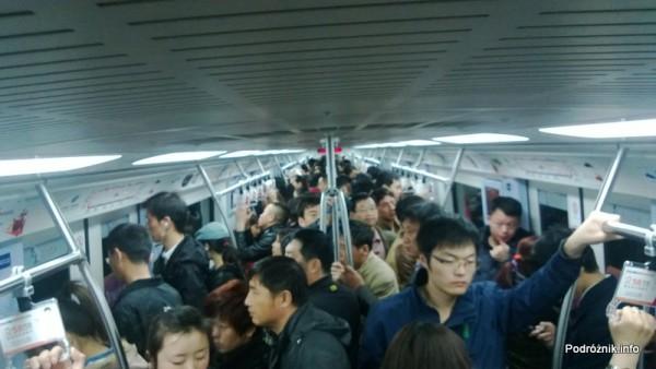Chiny - Pekin - tłum głów w wagonie metra - kwiecień 2013