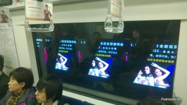 Chiny - Pekin - reklamy wyświetlane za oknem metra podczas jazdy - kwiecień 2013