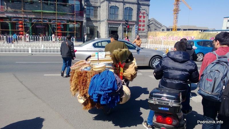 Chiny - Pekin - sprzedawca szczotek i jego kram - kwiecień 2013
