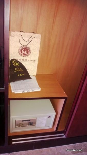 Chiny - Pekin - pokój typu twin bed - sejf - kwiecień 2013