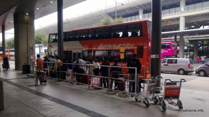 Lotnisko w Hongkongu - Hong Kong International Airport - ludzie czekający w kolejce do piętrowego autobusu - kwiecień 2013