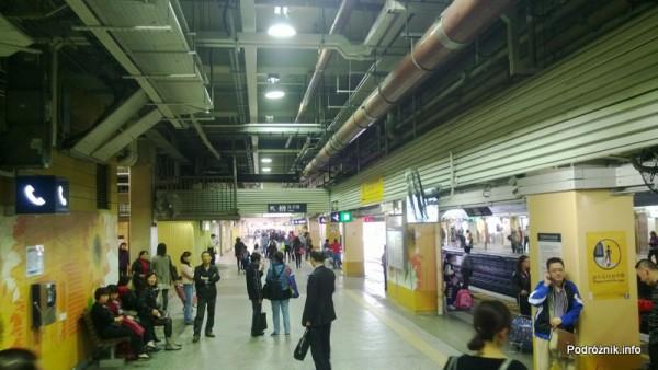 Hongkong - peron stacji metra Sheung Shui - kwiecień 2013