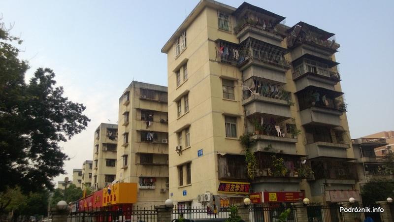 Chiny - Shenzhen - okratowany pięciopiętrowy budynek - kwiecień 2013