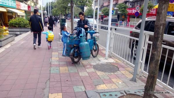 Chiny - Shenzhen - przewóz butli gazowych i dziecka na rowerze - kwiecień 2013