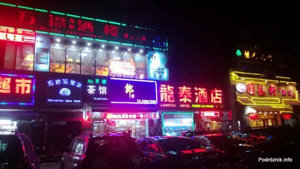 Chiny - Shenzhen - neony na jednej z mniejszych ulic w Shenzhen  - kwiecień 2013