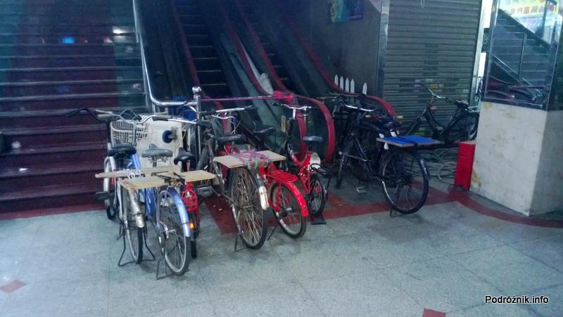 Chiny - Shenzhen - rowery z dodatkowymi półkami na bagażniku na paczki - kwiecień 2013