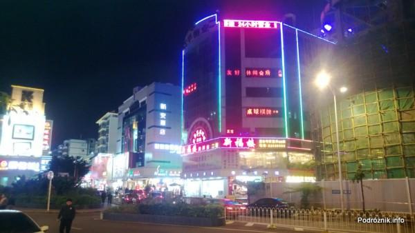 Chiny - Shenzhen - przeciwne pasy ruchu oddzielone barierką  - kwiecień 2013