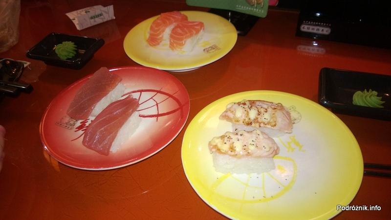 Chiny - Shenzhen - talerzyki z nigiri z łososiem i tuńczykiem w barze sushi - kwiecień 2013