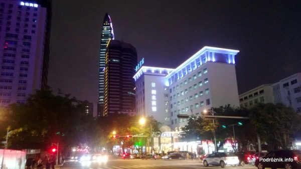 Chiny - Shenzhen - noc - ładnie oświetlone budynki - kwiecień 2013