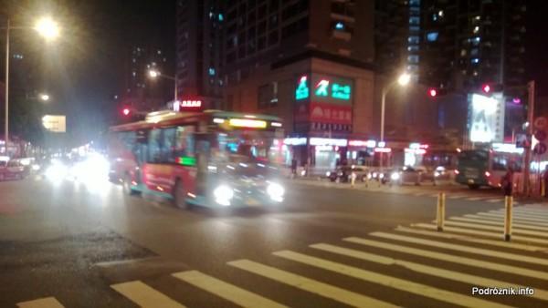 Chiny - Shenzhen - noc - autobus na skrzyżowaniu - kwiecień 2013