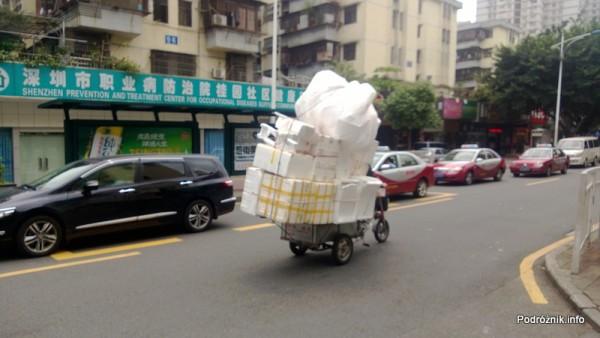 Chiny - Shenzhen - trójkołowiec wyładowany ponad swoje możliwości - kwiecień 2013