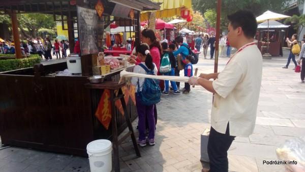 Chiny - Shenzhen - Splendid China Folk Village - ręczny wyrób słodyczy poprzez rozciąganie masy - kwiecień 2013